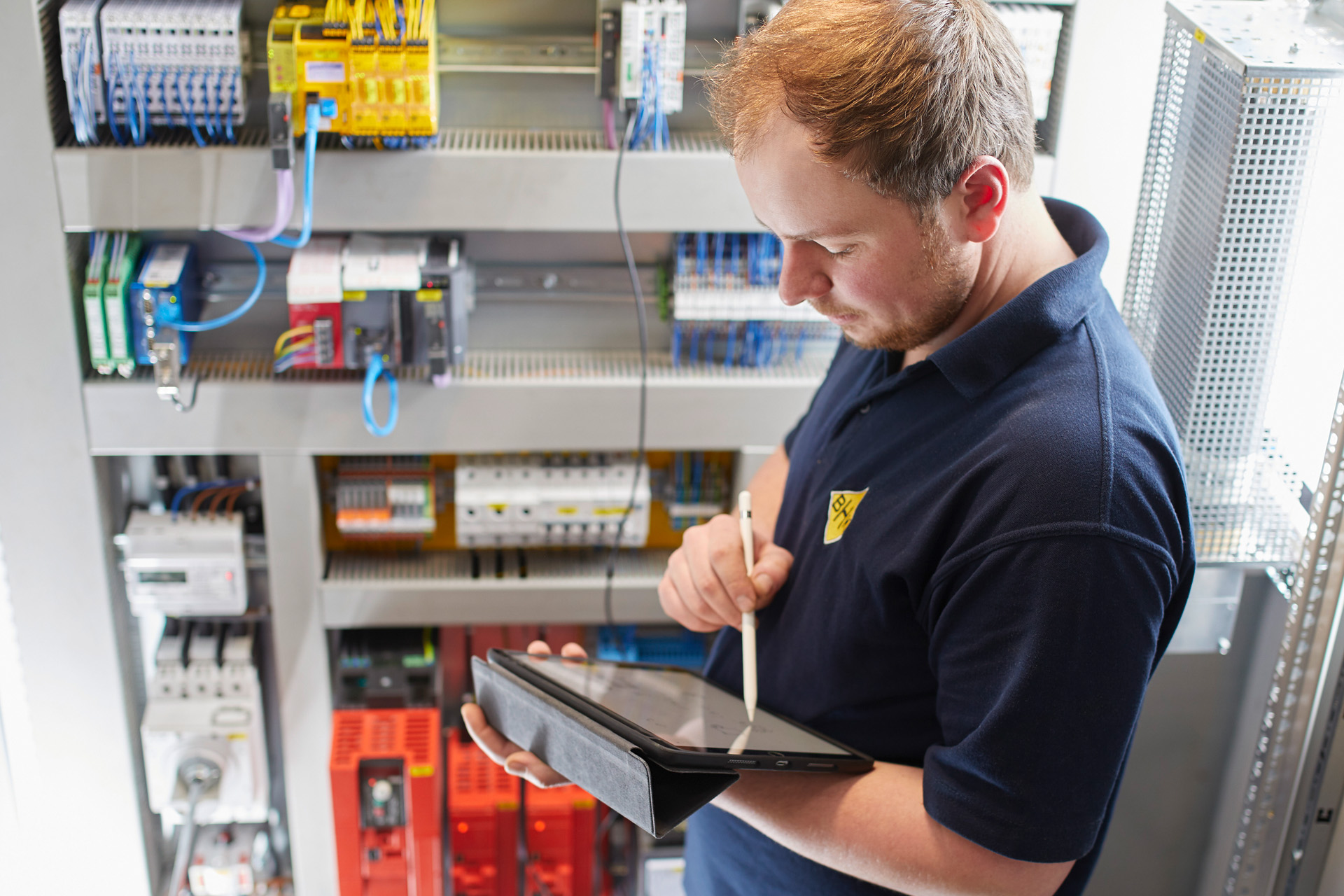 Elektriker kontrolliert Schaltkasten